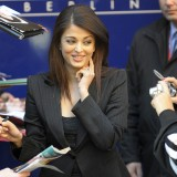 Aishwarya-Rai---59th-BFF---Pink-Panther-2-Press-Conference---09