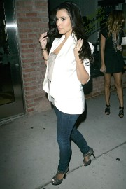 Kim-Kardashian---Launch-Party-For-The-New-BlackBerry-8330-Pink-Curve-02.md.jpg
