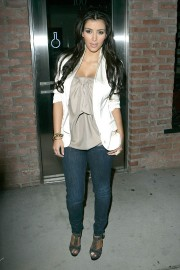Kim-Kardashian---Launch-Party-For-The-New-BlackBerry-8330-Pink-Curve-08.md.jpg