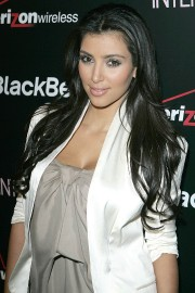 Kim-Kardashian---Launch-Party-For-The-New-BlackBerry-8330-Pink-Curve-22.md.jpg