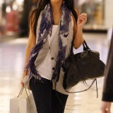Kim-Kardashian-shopping-at-the-Beverly-Center-03