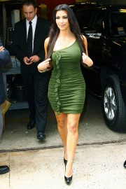 Kim-Kardashian---Live-With-Regis-And-Kelly-Show-Taping-05.md.jpg