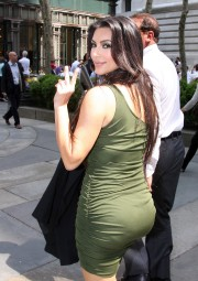 Kim-Kardashian---Live-With-Regis-And-Kelly-Show-Taping-32.md.jpg