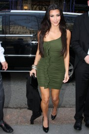 Kim-Kardashian---Live-With-Regis-And-Kelly-Show-Taping-35.md.jpg