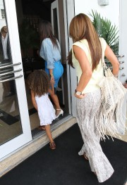 Kim-Kardashian---Sigthings-in-Miami-2012-20.md.jpg
